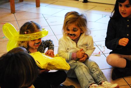partyspiel-Paket-weitergeben-fuer-kindergeburtstag